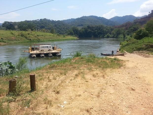 Balsa continua operando, apesar de estar interditada pela marinha em Iporanga (Foto: Solange Freitas / G1)