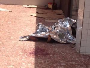Morador de rua é morto no Setor Oeste, em Goiânia (Foto: Victor Andrade/TV Anhanguera)