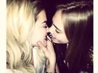 Rita Ora aparece quase beijando Cara Delevingne: 'Sinto sua falta'