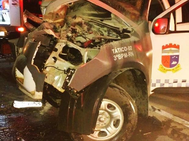 Carro do 3º BPM saiu da pista e bateu em uma placa de sinalização (Foto: PM/Divulgação) (Foto: PRF/Divulgação)