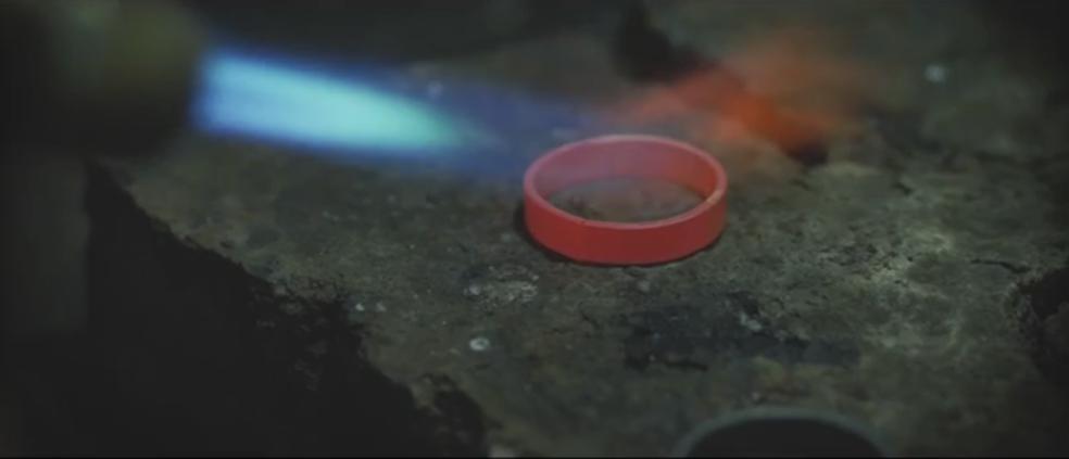 Produção das alianças foi mostrada no vídeo (Foto: Reprodução)