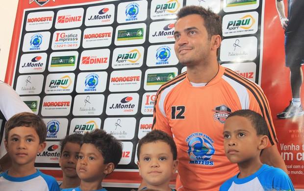 Falcão conhece os atletas da escolinha no Piauí  (Foto: Náyra Macêdo/GLOBOESPORTE.COM)
