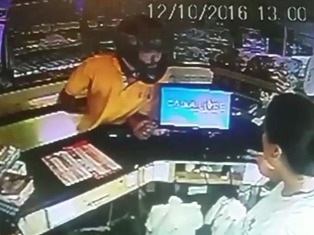 Funcionária de padaria é agredida por assaltante em Luziânia, Goiás (Foto: Reprodução/TV Anhanguera)