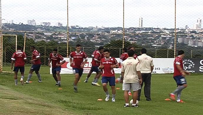 Elenco do Vila Nova em treino (Foto: Reprodução/TV Anhanguera)