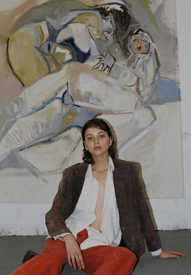 A modelo Ana Maccarini e a obra de Thany Sanches (Styling: Enantios Dromos) (Foto: Pedro Ferreira )