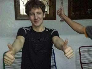 Jovem brasileiro Arlan Fick faz sinal de positivo ao chegar em sua casa. (Foto: Reprodução / Facebook de Arlan Fick)