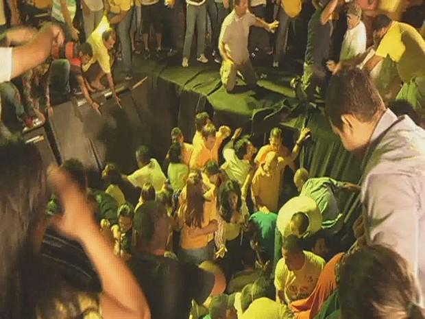 Parte de palco cede durante comício do Governador Simão Jatene no PA (Foto: Reprodução/TV Liberal)