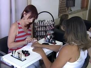 Manicure Elenice Aparecida de Lima está com agenda lotada (Foto: Reprodução / TV TEM)