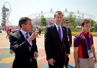 Primeiro-ministro británico, David Cameron (centro), e o presidente do Comitê Organizador dos Jogos Olímpicos, Lord Sebastian Coe (esquerda), visitam o Parque Olímpico (Foto: EFE/Michael Kappeler)