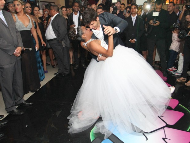 Thaíssa Siqueira dança com Rick Tavares em festa na Zona Norte do Rio (Foto: Anderson Borde e Roberto Cristino/ Ag. News)