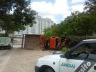 Caminhão carregado com areia tomba em avenida de Jundiaí