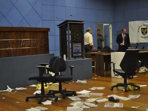 Plenário foi deprdado por manfiestantes durante ocupação na Câmara de Campinas (Foto: Lana Torres / G1)