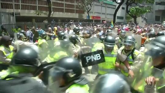 Protesto na Venezuela tem confronto entre manifestantes e polícia