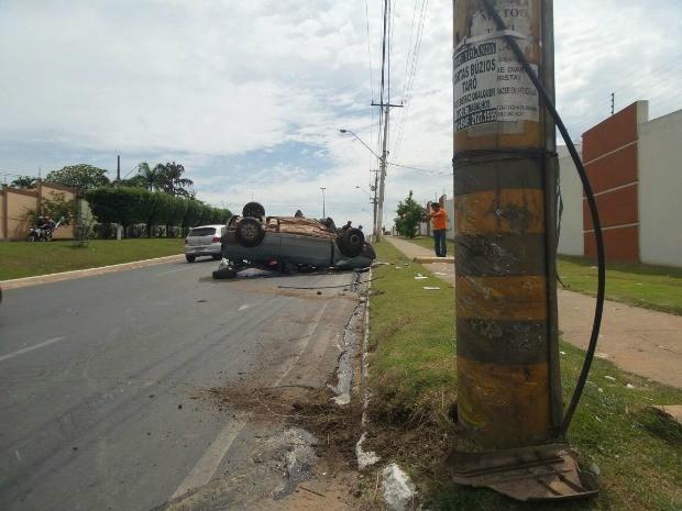 Vítima foi resgatada debaixo do carro por Corpo de Bombeiros (Foto: André Portocarrero/Arquivo pessoal)
