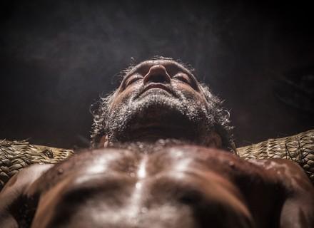 Entre a vida e a morte, Santo acorda e chama por Tereza
