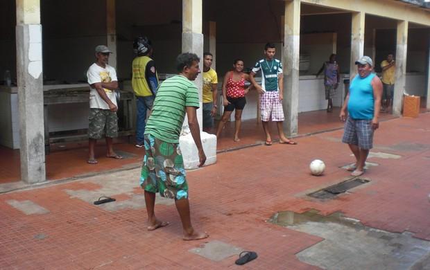 Torcedores entram no clima e jogam futsal no 'Mercado dos Peixes', em Acaraú (Foto: Thaís Jorge)