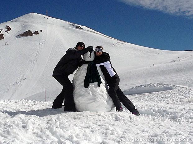 Amora e Bento felizes na neve! (Foto: Guto Wong / TV Globo)