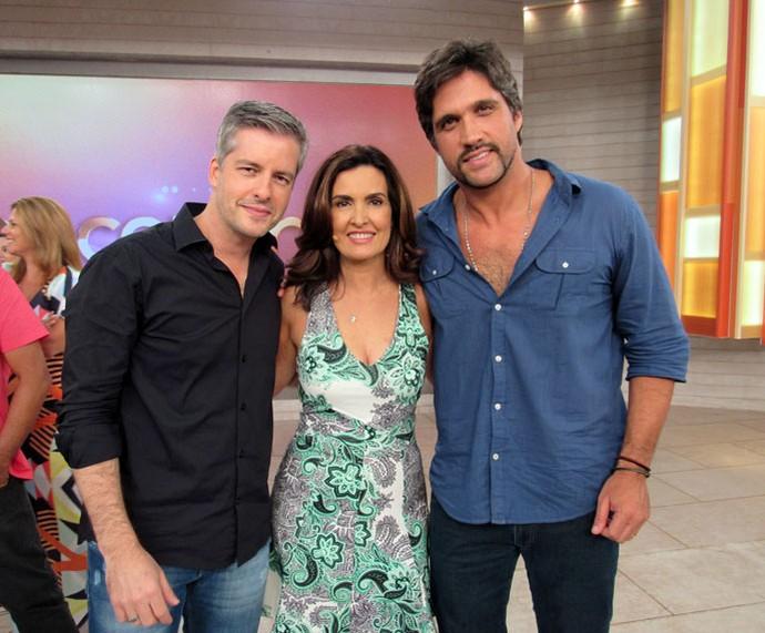 Fátima posa com a dupla Victor & Leo  (Foto: Priscilla Massena/Gshow)