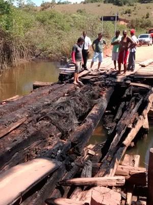 Ponte é incendiada no extremo-sul da Bahia (Foto: Kátia Petersen/TV Santa Cruz)