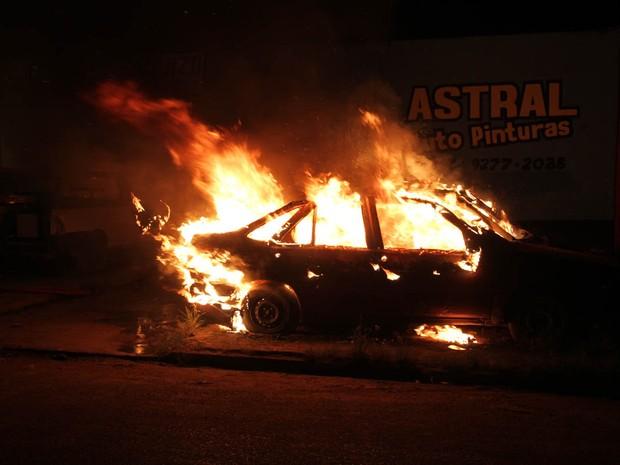 Segundo o Corpo de Bombeiros, seis carros foram incendiados (Foto: Cleris Muniz/Agência Imagem News)