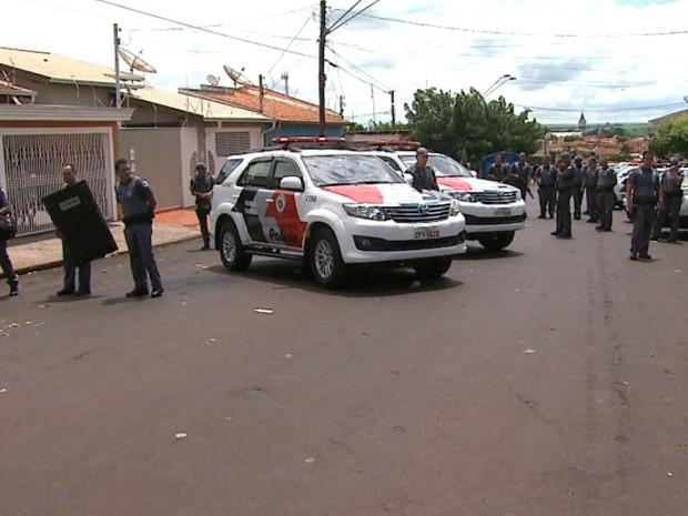 Polícia cerca rua após tentativa de agressão a policiais em Barrinha, SP (Foto: Sérgio Oliveira/EPTV)
