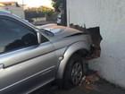 Carro bate em muro após acidente em cruzamento da capital de MS
