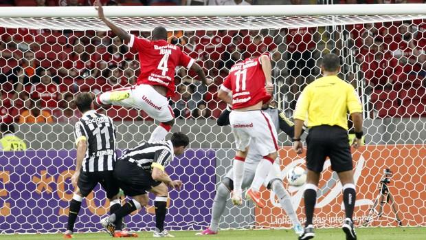 Rafael Moura sobe para fazer gol do Inter em cima do Santos (Foto: Wesley Santos/Agência PressDigital)