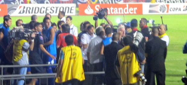 Confusão com jogadores do Tigre (Foto: Diego Ribeiro / Globoesporte.com)