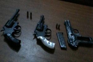 Dois revólveres e uma pistola foram apreendidas com os suspeitos (Foto: Cedida/Polícia Militar)
