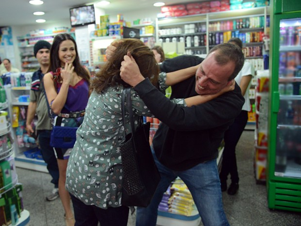 Diretor se diverte ensaiando cena de briga (Foto: Raphael Dias/TV Globo)