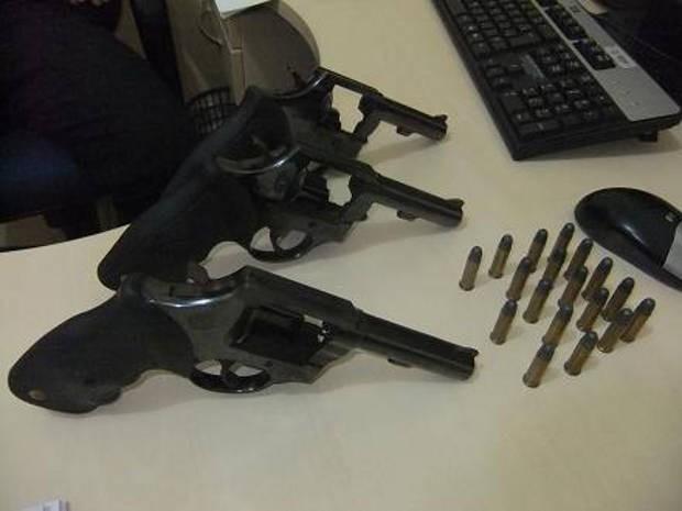 Armas e munição apreendidas com três guardas municipais de Paragominas. (Foto: Divulgação/Polícia Civil)