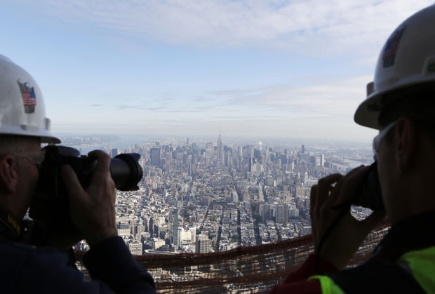 Os ganhadores do concurso fotografam a vista do One World Trade Center (Foto: Mark Lennihan/AP Photo)