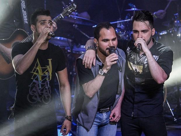 Luciano canta com a dupla Dablio e Phillipe em show em Goiânia (Foto: Francisco Cepeda/ Ag. News)
