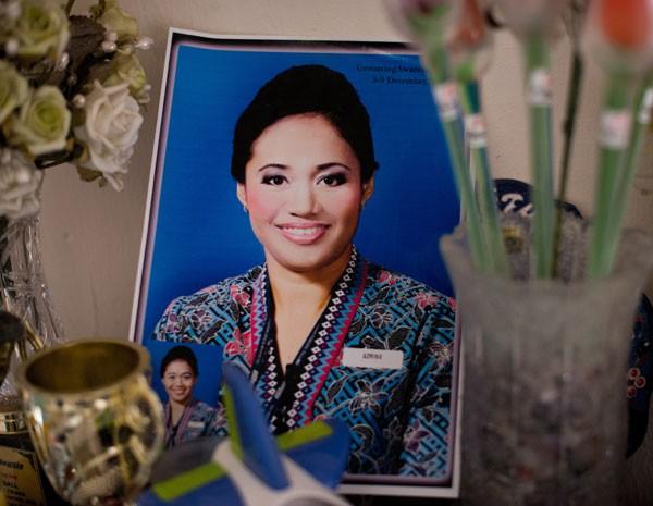 Foto da chefe das aeromoças do voo MH17, Azrina Yakob, de 41 anos. (Foto: AFP PHOTO/ NICOLAS ASFOURI)