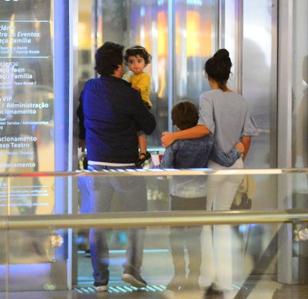 Vanessa Giácomo com os filhos (Foto: Agnews)