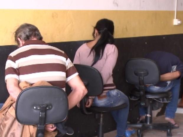 Três foram flagrados tentando aplicar golpe (Foto: Reprodução / TV TEM)