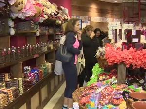 Comerciantes de Campos do Jordão comemoram movimento dos clientes às vésperas da Páscoa. (Foto: Reprodução / TV Vanguarda)