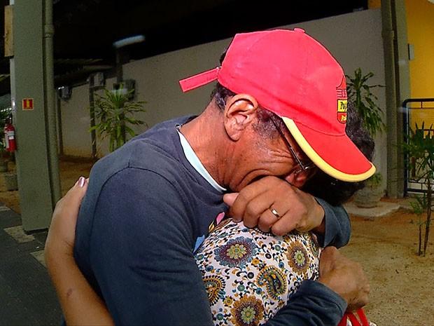 Luiz Brito se emociona ao reencontrar a esposa na rodoviária de Natal (Foto: Reprodução/Inter TV Cabugi)