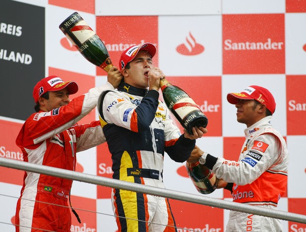 Nelsinho Piquet comemora com Lewis Hamilton e Felipe Massa o pódio no GP da Alemanha de 2008 (Foto: Agência Getty Images)