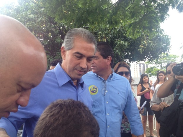 Reinaldo Azambuja chega ao local de votação em Campo Grande (Foto: Lucas Lourenço / G1 MS)