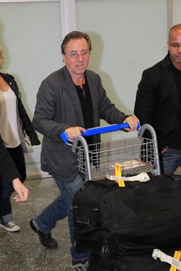 Tim Roth no aeroporto internacional do Rio (Foto: Delson Silva / AgNews)