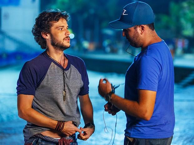 Jayme Matarazzo coloca o microfone e se prepara para gravar (Foto: Artur Meninea/Gshow)