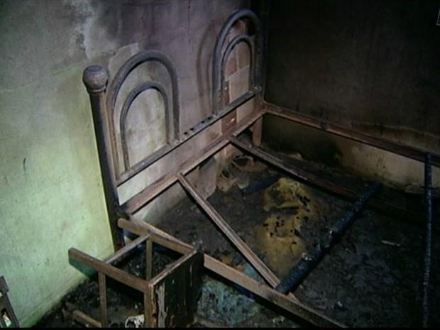 Da cama, onde incêndio começou, sobrou apenas parte da estrutura. (Foto: Reprodução/TV Gazeta)
