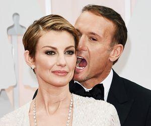 Cantora Faith Hill leva 'apalpada' do marido no tapete vermelho do Oscar