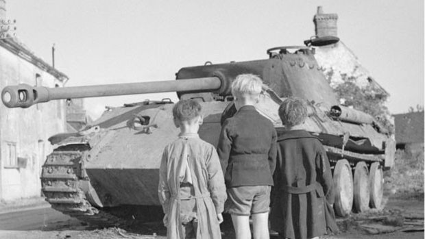 Meninos franceses diante de tanque alemão após derrota de nazistas na França (Foto: Imperial War Museums)