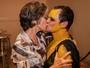 Matheus Nachtergaele recebe carinho de famosos em camarim de peça