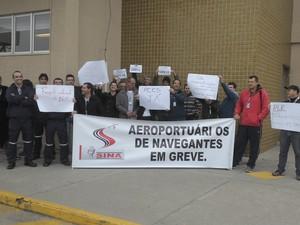 Fora do Aeroporto de Navegantes, os funcionários exibiram faixas e cartazes (Foto: Jeferson Acevedo/RBS TV)