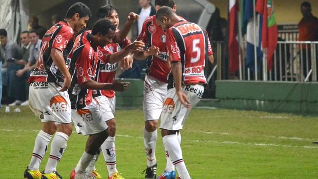 Leandro Carvalho, comemora gol contra o Bragantino (Foto: Leandro Ferreira / Futura Press)