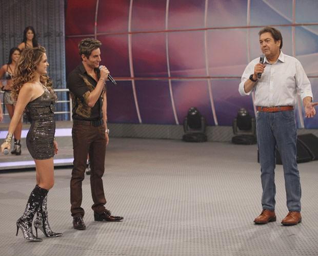 Chayene e Fabian no palco ao lado de Faustão (Foto: Domingão do Faustão / TV Globo)