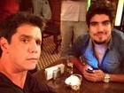 Márcio Garcia e Caio Castro posam juntos nos bastidores de 'Amor à vida'